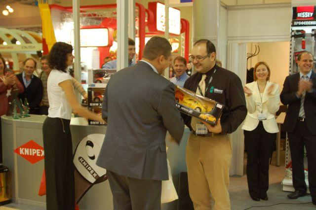 Награду вручает Представитель завода Wera - Александр Ольшанский.